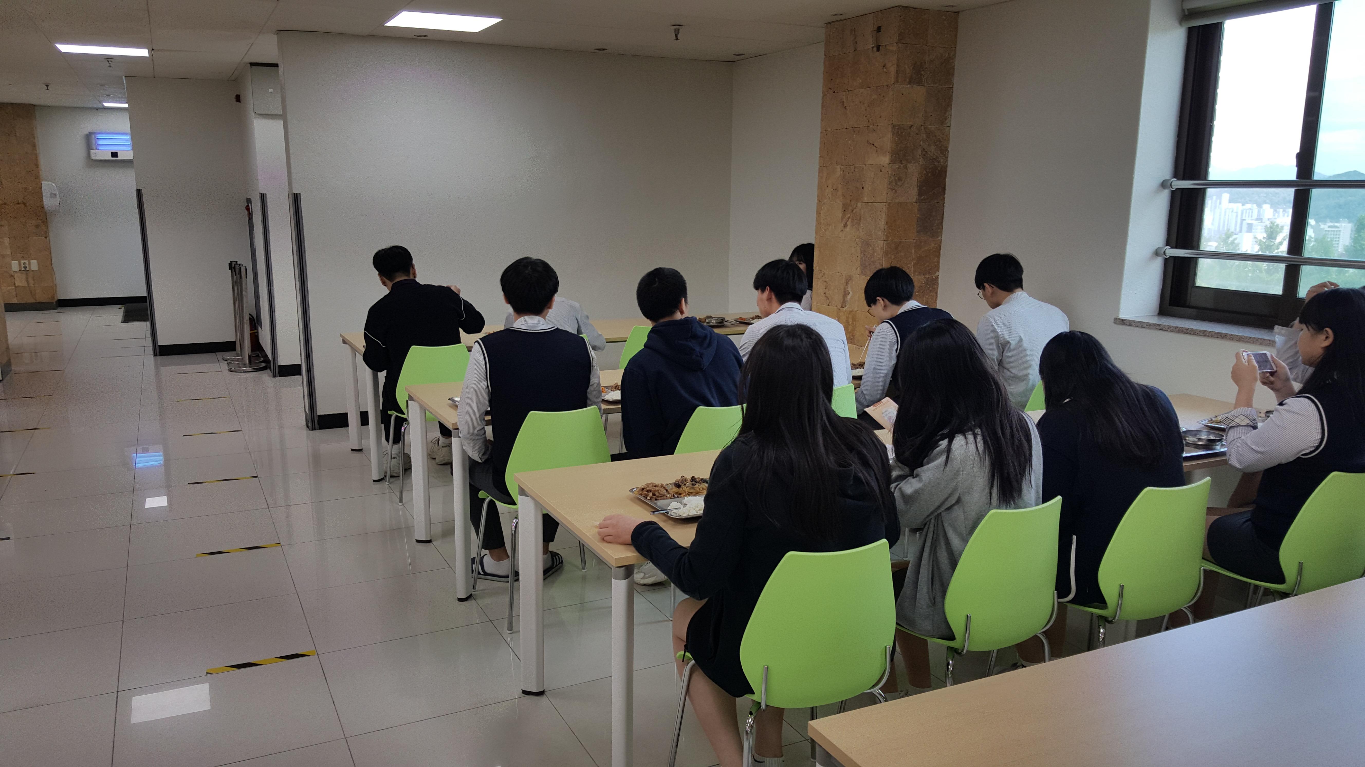 3학년 등교 개학 점심식사(한 방향 앉기 실천)